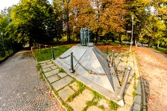 Novara, Italia - 17 de octubre de 2016: Esculpa en un parque del ` s de los niños ` Unido y perdido, almas rasgadas a la tierra q Foto de archivo