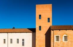 Novara Italien: Byggnad av det Novara slottmuseet arkivbilder