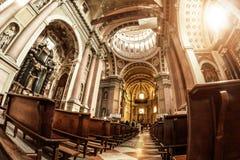 Novara, Italien - 17. Oktober 2016: Alte Paläste und Basilikahaube St. Gaudenzio, Novara, Piemont, Italien Ansicht nach innen Es  lizenzfreies stockbild