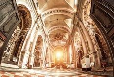 Novara Italien - Oktober 17, 2016: Forntida slottar och basilikakupol för St Gaudenzio, Novara, Piedmont, Italien Sikt inom Det v royaltyfri fotografi