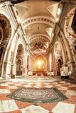 Novara Italien - Oktober 17, 2016: Forntida slottar och basilikakupol för St Gaudenzio, Novara, Piedmont, Italien Sikt inom Det v arkivfoto