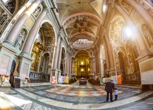 Novara Italien - Oktober 17, 2016: Forntida slottar och basilikakupol för St Gaudenzio, Novara, Piedmont, Italien Sikt inom tonin royaltyfria foton