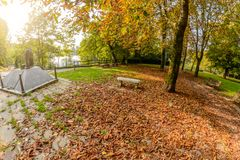 Novara, Italien - 17. Oktober 2016: Gestalten Sie in einem Kind-` s Park ` Vereinigt und, Seelen zerrissen zu Boden verloren, der Lizenzfreies Stockfoto