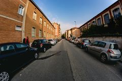 Novara Italien - Oktober 17, 2016: Tätt parkerade bilar utanför arkivfoto