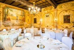Novara Piedmont Italien, villa Camilluccia 15 April 2017 Tabell som är förberedd för bröllopet Royaltyfri Fotografi