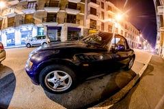 Novara Włochy, Październik, - 17, 2016: BMW samochód w błękitnej pozyci na ulicie przy nocą Zdjęcia Stock