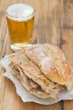 Novas portuguesas típicas dos vendas dos bifanas do prato com vidro da cerveja na placa branca Fotografia de Stock Royalty Free