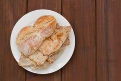 Novas portuguesas típicas dos vendas dos bifanas do prato na placa branca Foto de Stock Royalty Free