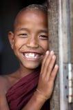 Novato budista joven sonriente en Mandalay, Myanmar Foto de archivo libre de regalías
