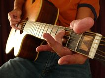 Novato da lição da guitarra imagem de stock