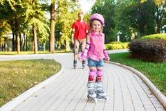 Novato pré-escolar em patins de rolo fotos de stock royalty free