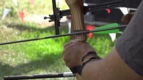 Novato que aprende como usar uma curva no tiro ao arco filme