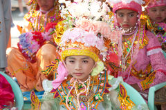 Novatos del festival Poy-Cantar-largo en septentrional de Tailandia. foto de archivo