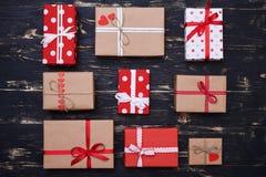 Nove caixas de presente envolvidas com papel e amarradas com displac das fitas Fotografia de Stock Royalty Free