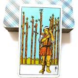 9 nove da guardada ansiosa da circunspecção do cartão de tarô das varinhas, ferido no olhar que espera para fora o problema no †ilustração do vetor