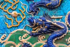 Nove Dragon Wall da cinzeladura de mármore dos dragões que jogam com pérola imagem de stock