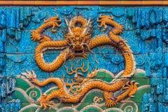 Nove Dragon Wall da cinzeladura de mármore dos dragões que jogam com pérola fotos de stock royalty free