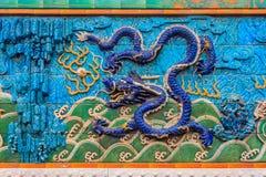 Nove Dragon Wall da cinzeladura de mármore dos dragões que jogam com pérola foto de stock royalty free