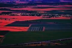 Nove Kopista, republika czech - Lipiec 03, 2017: Nove Kopista wioska między złoto polami gdy przeglądać od wzgórza Radobyl w CHKO Obraz Royalty Free