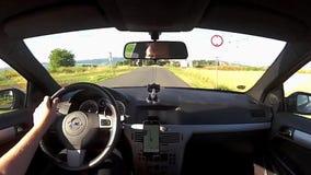 Nove Kopisty, Τσεχία - 3 Ιουλίου 2017: οδηγώντας αυτοκίνητο Opel Astra Χ στο χωριό Nove Kopisty μεταξύ των παλαιών σπιτιών κατά τ φιλμ μικρού μήκους