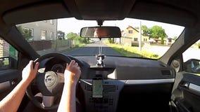 Nove Kopisty, чехия - 3-ье июля 2017: управляющ автомобилем Opel Astra h в деревне Nove Kopisty между старыми домами во время лет сток-видео