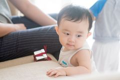Nove meses de bebê idoso que aprende andar Imagem de Stock