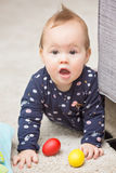 Nove meses de bebê idoso que joga com seus brinquedos Imagens de Stock Royalty Free