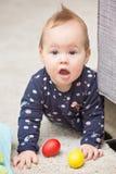 Nove mesi della neonata che gioca con i suoi giocattoli Immagini Stock Libere da Diritti