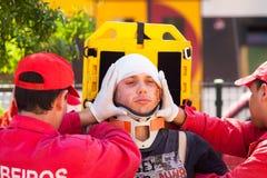 NOVE, PORTUGAL - 12 DE ABRIL DE 2014: O grupo da emergência imobiliza o vict Foto de Stock