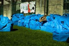 Nove sacos azuis do futebol na terra imagens de stock royalty free