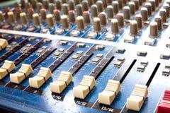 Novedades del mezclador polvoriento de sonidos, estudio de los sonidos que ajusta el equipme de registro Imagen de archivo