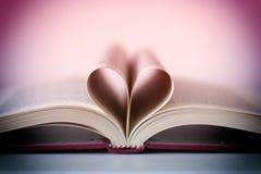 Novela romántica en forma de corazón fotos de archivo