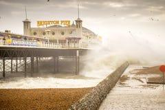 29. November 2015 bewegt Brighton, Großbritannien, Sturm Desmond das Zusammenstoßen unter den Pier wellenartig Stockfotos