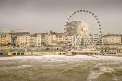 29 November, 2015, Brighton, het UK, Gevaarlijke, reusachtige golven bedreigt promenade en groot wiel Stock Fotografie