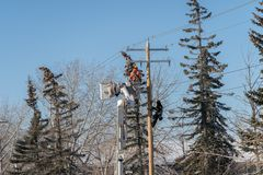 November 17 2018 - Calgary, Alberta, Kanada - Enmax reparationsbesättning som arbetar på elektricitetskablar arkivbild