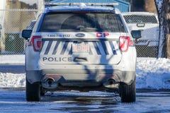 November 11 2018 - Calgary, Alberta, Kanada - Calgary polisservice SUV som parkeras av vägrenen royaltyfri fotografi