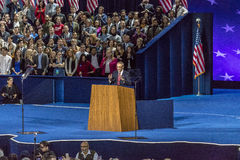 8 NOVEMBER, 2016, Campagneleider voor Hillary Clinton John Podesta spreekt Verkiezingsnacht in Jacob K Javitscentrum - trefpunt v Stock Afbeelding