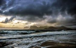 November-daglicht met een brouwend inkomend onweer stock afbeelding