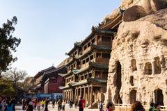 November 2014 - Datong, Kina - turister som undersöker de Yungang grottorna arkivbild
