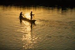 17 november, 2013 - de mensen vissen op Rapti-rivier bij de grens Royalty-vrije Stock Foto
