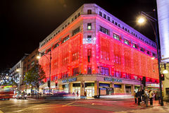 13 November 2014 fläckar och Spenser shoppar på den Oxford gatan, London som dekoreras för jul och nytt år Arkivfoto