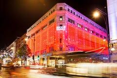 13 November 2014 fläckar och Spenser shoppar på den Oxford gatan, London som dekoreras för jul och nytt år Royaltyfria Foton