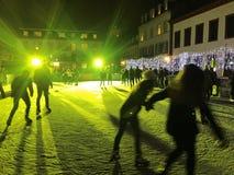 2017 November 29 - folket som åker skridskor i jul, marknadsför i Heidelberg Arkivbilder