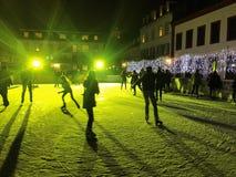 2017 November 29 - folket som åker skridskor i jul, marknadsför i Heidelberg Arkivfoton