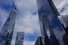 November 2018 - Freedom Tower in de Stad die van New York in de weerspiegelde voorgevel nadenken stock foto