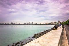15. November 2014: Gehweg durch das Meer in Mumbai, Indien Lizenzfreie Stockfotografie