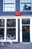 30 november 2013: Grote lippendecoratie op de ontwerpwinkel Stock Foto
