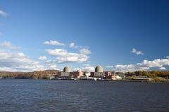 November 4, 2018, Hudson River, Buchanan, New York stat Den indiska punktenergimitten är en kärnkraftverk för tre enhet fotografering för bildbyråer