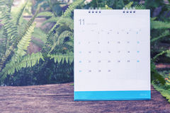 November-Kalender 2016 auf hölzerner Tabelle, Weinlesefilter Stockfotos