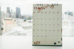 November kalender för tidsbeställningspåminnelse med stadssiktsbakgrunden Royaltyfri Fotografi
